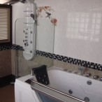 Jacuzzi and showers the apartement